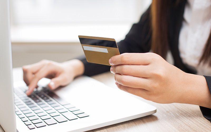 Mulher vítima de fraude deve ser indenizada após compras em seu nome