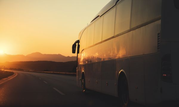 Passageira que caiu de ônibus em alta velocidade deve ser indenizada por danos morais
