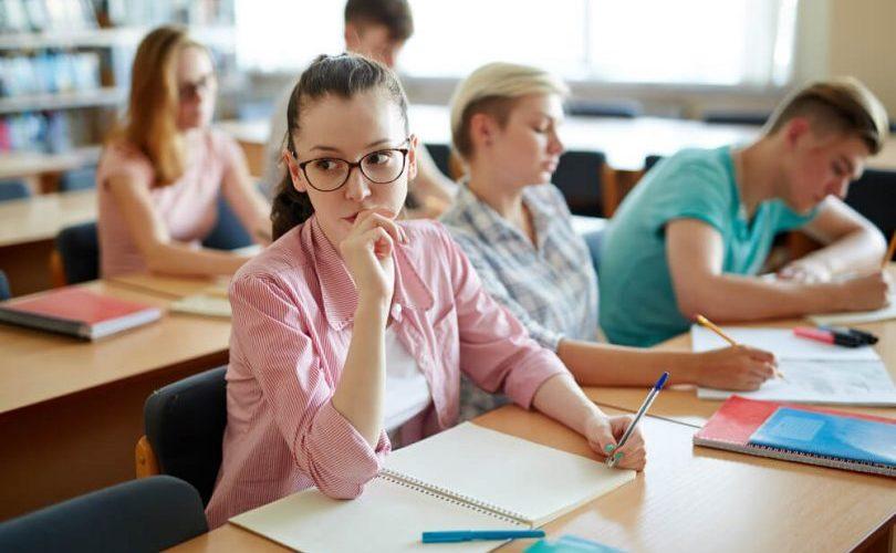 Faculdade deve indenizar aluno por transtornos ao cancelar matrícula