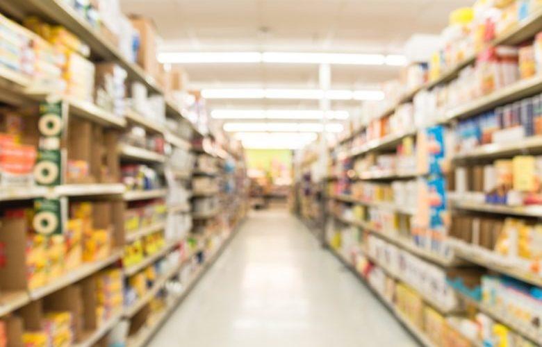 Supermercado deve indenizar mulher negra por abordagem vexatória